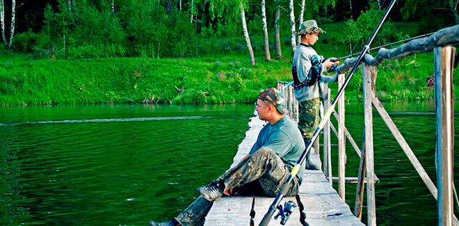 Ловля рыбы, рыбаки на мостке
