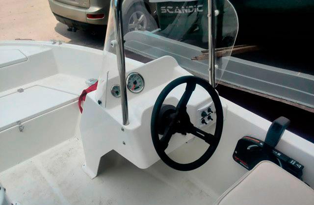 Рулевая консоль с палубным креплением и стеклом, широкая.